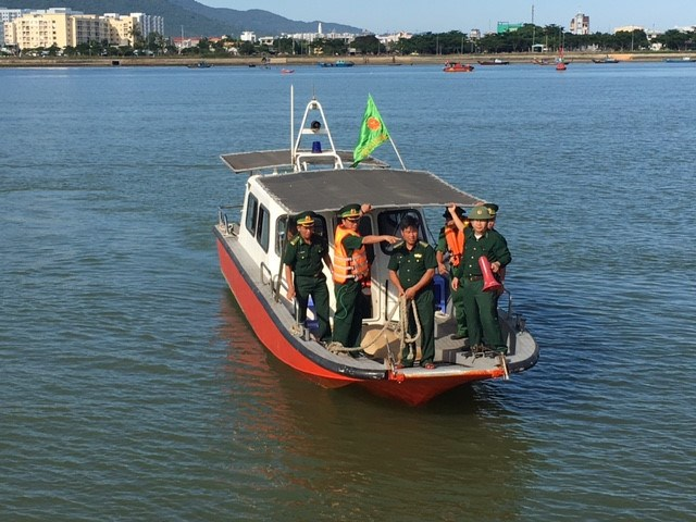 A coast guard boat carrying the body of a victim of a boat accident on June 4 on the Han River in Da Nang City. Photo: Nguyen Tu