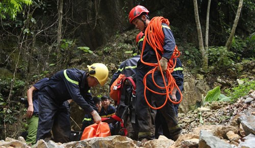 Rescuers searching for 3 missing people in an illegal gold mine in Thanh Hoa Province. Photo credit: Le Hoang/VnExpress