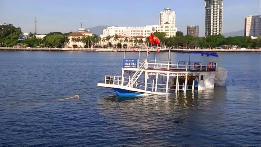 The Thao Van 2 tourist boat has been towed near the shore in Da Nang's Han River. Photo: Nguyen Tu