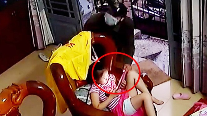 Camera footage shows a man snatching an iPad from a child at her house in Ho Chi Minh City on June 7, 2016