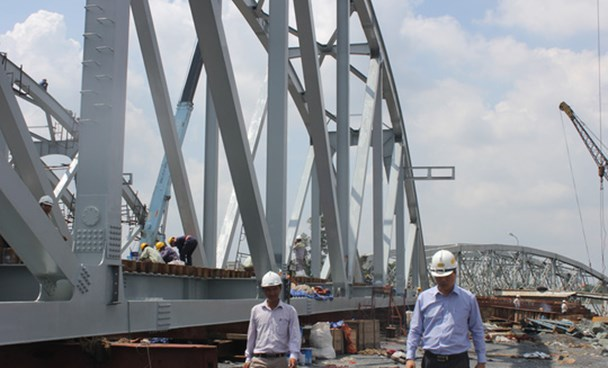Inspectors check construction work at the Ghenh Bridge in Dong Nai Province in early June. Photo courtesy of Vietnam Railways