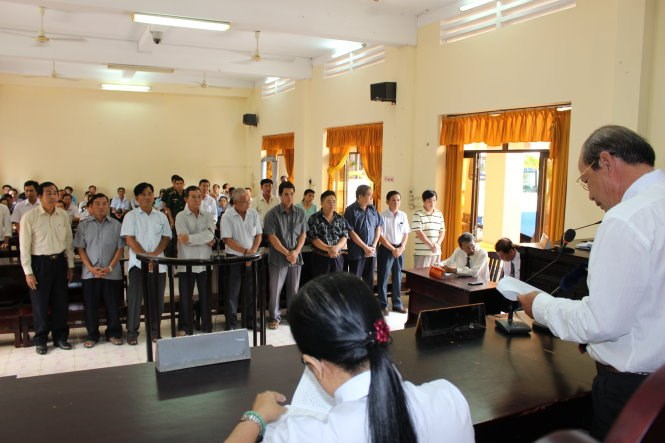 10 former customs officers stand trial in Kien Giang Province on June 15. Photo credit: Nguyen Trieu/ Tuoi Tre