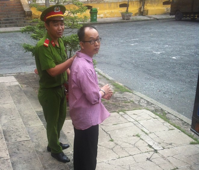 Nguyen Thanh Nhan, 36, was escorted out of the trial on June 23. Photo credit: Ho Dong/Zing News