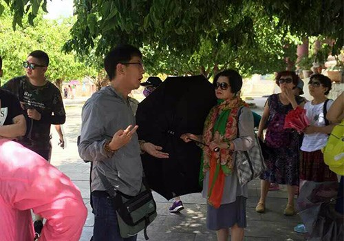 A Chinese tour guide is leading a group of tourists in the central city of Da Nang. Photo credit: VnExpress