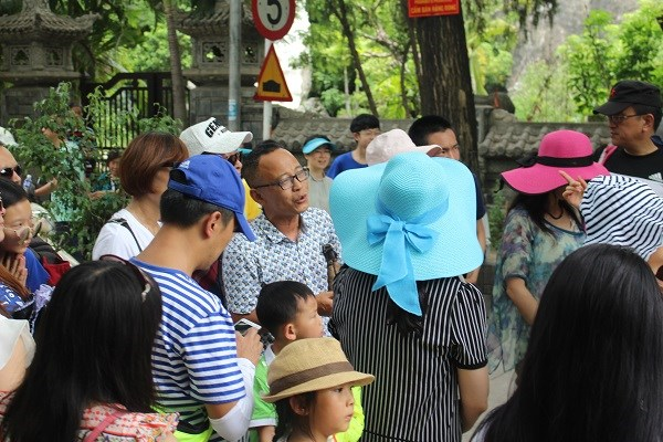 A Chinese tour guide leading a group of tourists in Nha Trang, the capital town of Khanh Hoa Province in central Vietnam. Photo credit: Viet Hao/Dan Tri