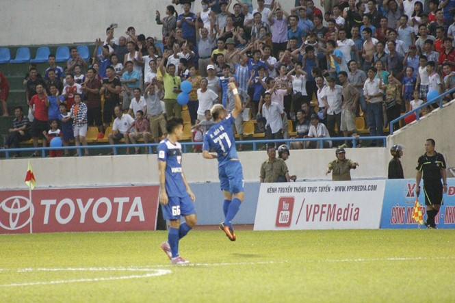 Quang Ninh's Nghiem Xuan Tu celebrates a goal against Hai Phong in a V.League match on July 31. Photo: Le Tan