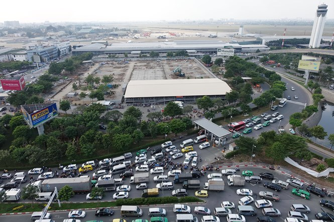 Traffic congestion on the entrance of Ho Chi Minh City's Tan Son Nhat Airport. Photo: Bach Duong