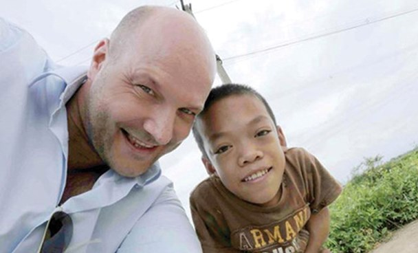 Philipp Abresch and 15-year old Long Thanh. Photo credit: Daserste