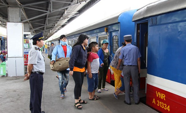 Passengers boarding a train in Ho Chi Minh City. Photo: Nguyen Tien