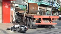 The truck that crashed into motorbikes on Ho Chi Minh City's Nguyen Tat Thanh Street on August 15. Photo credit: Le Trai/Zing News