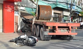 Truck crashes into traffic in downtown HCMC, one killed