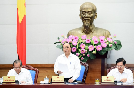 Prime Minister Nguyen Xuan Phuc (C) chairs a teleconference on public administration reform on August 17. Photo credit: Quang Hieu/Nguoi Lao Dong