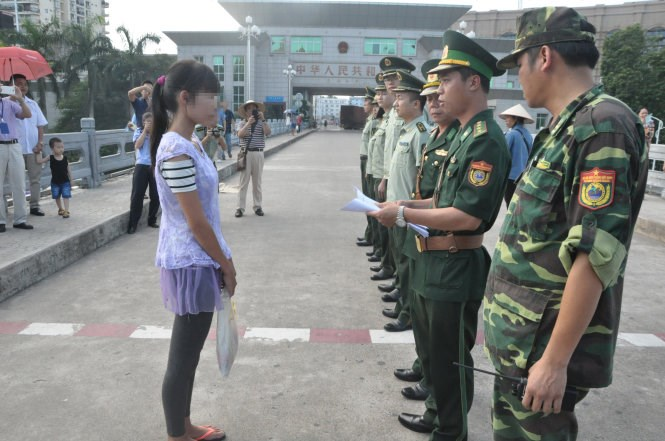Hua Thi C being handed over to Vietnamese border guards. Photo credit: Huu Viet/Tuoi Tre