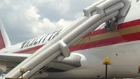The evacuation slide of the Kalitta Air's plane was inflated at Tan Son Nhat Airport on Sunday. Photo credit: Giao Thong