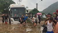 Tourist stranded on the National Highway 4D from Lao Cai Town to Sa Pa due to landslides triggered by a typhoon in August. Photo: Duc Hoa