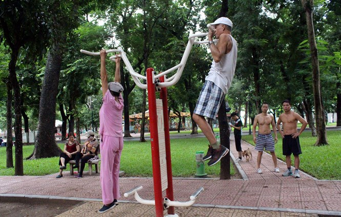 An elderly couple doing pull-ups at a Hanoi park. Photo: Minh Hoang