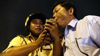 A driver is tested for alcohol on a street in Ho Chi Minh City. Photo: Doc Lap