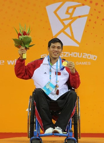 Swimmer Vo Thanh Tung celebrates his silver medal at the Rio Paralympics. Photo: Minh Mai