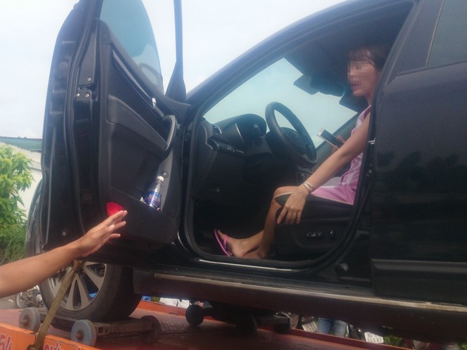 The woman insisted on staying in the car to avoid the traffic police. Photo: Thanh Nien