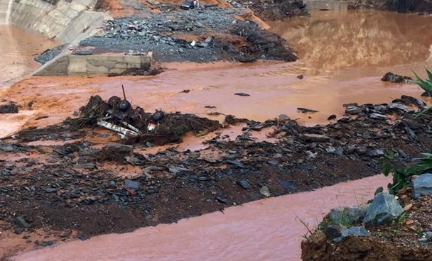 Heavy machines buried after the collapse. Photo credit: Tan Vu/Tuoi Tre