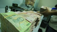 The dong has now weakened around 3 percent in both the interbank and the unofficial markets. File photo
