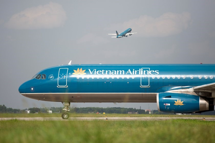 A Vietnam Airlines Corp. aircraft taxis on a runway at Hanoi's Noi Bai International Airport. The national flag carrier raised more than $51 million in an IPO last year. Photo: Bloomberg