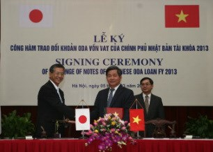 Vietnam's Investment and Planning Minister Bui Quang Vinh shakes hands with Japanese Ambassador Hiroshi Fukada at the signing ceremony on ODA pledge on March 5