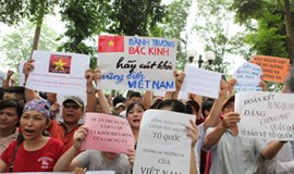 Vietnamese rally against China's oil rig deployment