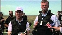 Rebel gunmen keep close watch over MH17 crash site