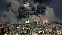 Smoke from the Tuffah neighbourhood after Israeli air strikes in the east of Gaza City on July 29, 2014.