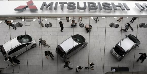 Mitsubishi Motors Corp's the i-MiEV electric vehicles are reflected on an external wall during an unveiling at the company headquaters in Tokyo June 5, 2009. Photo: Reuters
