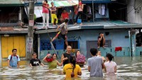 Heavy rain floods Philippine capital; markets, schools shut