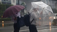 Typhoon lashes Japan, kills at least one