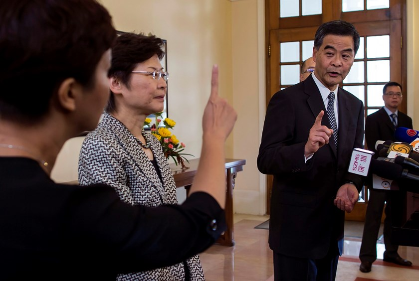 Hong Kong Chief Executive Leung Chun-ying (R) talks to his assistant during a news conference at Government House in Hong Kong October 16, 2014. Photo: Reuters/Tyrone Siu