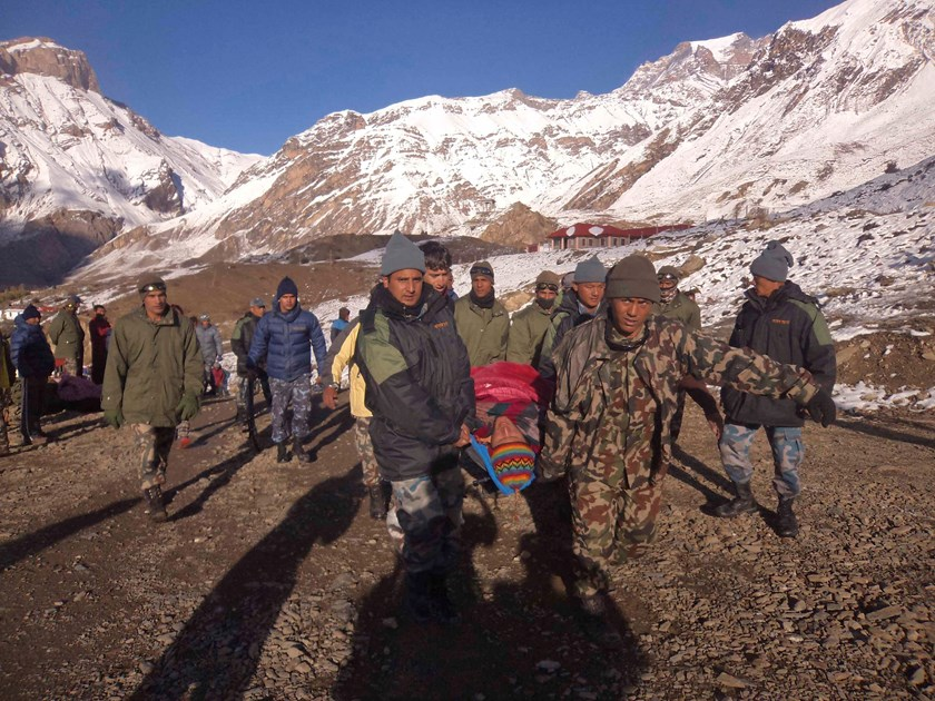 Nepalese army personnel carry a victim rescued from the avalanche at Thorang-La in Annapurna Region in this October 15, 2014 handout photo provided by Nepal Army. Photo: Reuters/Nepal Army/ Handout via Reuters