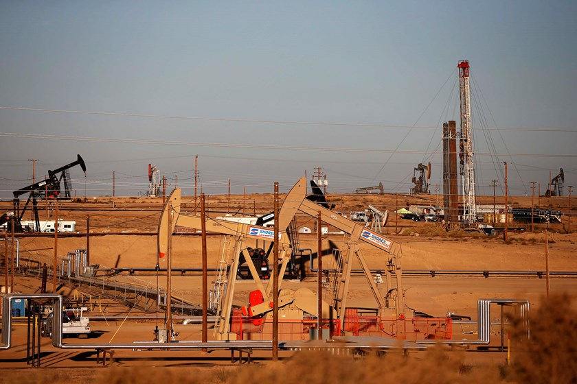 An oil field is seen at sunrise near Bakersfield, California October 14, 2014. Photo: Reuters/Lucy Nicholson