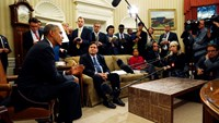 U.S. President Barack Obama (L) holds a meeting with Ebola Response Coordinator Ron Klain (C) and members of his team coordinating the government's Ebola response in the Oval Office of the White House in Washington October 22, 2014. Photo: Reuters/Kevin L
