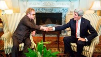 Elton John meets John Kerry, Grande signs on for TV special