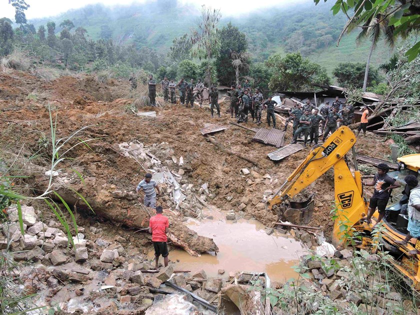 Rescue teams from the Sri Lankan military engage in rescue operation work at the site of a landslide at the Koslanda tea plantation in Badulla October 29, 2014. Photo: Reuters/Stringer
