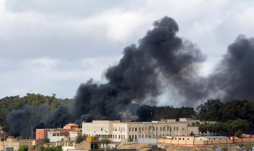Black smoke rises from the scene of a bomb blast in Shahat, eastern Libya, November 9, 2014. Photo: Reuters/Stringer