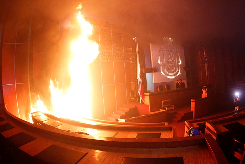 Members of the media record and take pictures of a fire set alight at the principal hall of the City Congress by members of CETEG (State Coordinator of Teachers of Guerrero teacher's union), in Chilpancingo, November 12, 2014. Photo: Reuters/Jorge Dan Lop