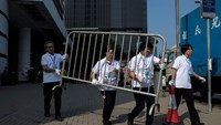 Officials begin removing barricades in Hong Kong