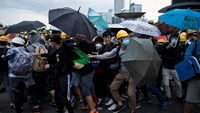 Hong Kong protesters clash with police near financial district