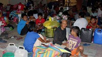 Residents take shelter in Pope Francis complex after evacuating their houses due to typhoon Hagupit in Tacloban city, central Philippines December 6, 2014. More than half a million people in the Philippines have fled from a powerful typhoon in one of the