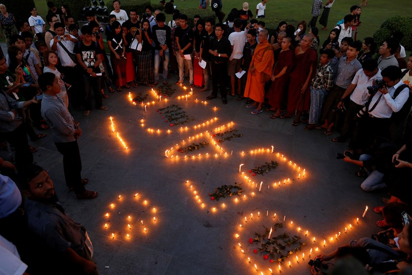 Buddhist monks and activists stand near lighted candles as they protest against a Myanmar army artillery attack on a Kaichin Independence Army (KIA) training center, in Yangon, November 24, 2014. Photo: Reuters/Soe Zeya Tun