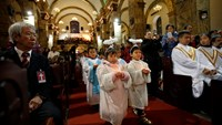 Children dressed as angels carry candles as they attend a Christmas mass at a Catholic church in Beijing December 24, 2014. Christmas is not a traditional festival in China but is growing in popularity, especially in more metropolitan areas where young pe
