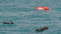 Indonesian search team raises tail of crashed AirAsia plane