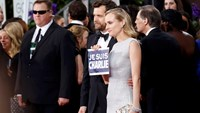 "Actors Joshua Jackson and Diane Kruger hold a ""Je Suis Charlie"" sign on the red carpet at the 72nd Golden Globe Awards in Beverly Hills, California January 11, 2015. REUTERS/Mario Anzuoni"