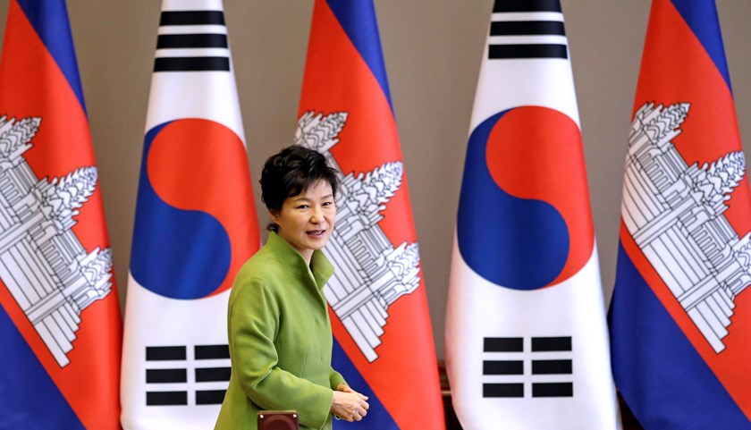 South Korean President Park Geun-hye arrives for a meeting with Cambodian Prime Minister Hun Sen (unseen) at the presidential Blue House in Seoul December 13, 2014. REUTERS/Lee Jin-man/Pool
