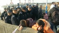 Victims families scuffle with Chinese police over slow boat rescue
